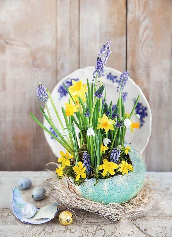 Stroik wielkanocny. More easter ideas/więcej wielkanocnych inspiracji: http://www.werandacountry.pl/zrob-to-sam/dekoracje/17201-pomysly-na-dekoracje-wielkanocne Zdjęcia i stylizacja: Kinga Błaszczyk-Wójcicka, Anna Simon. #Easter #eggs #ideas #DIY #decorate #home #trends #christmas #spring #Wielkanoc #dekorowanie #stroiki #ozdoby #wielkanocne #kwiaty #jajka #pisanki #jaja #ozdabianie #rękodzieło #własnoręcznie #dzieło #bibeloty #stół #dekoracja #pomysły #śmigus #wiosna #Polska #country…
