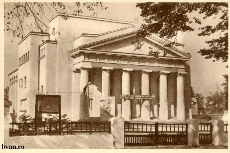 """Teatrul Dramatic """"Nae Leonard"""" a fost sediul Bibliotecii Populare V.Urechia între anii 1950-1955, Galati, Romania, anul 1950, http://stone.bvau.ro:8282/greenstone/collect/fotograf/index/assoc/J1FI1772.dir/1FI1772.jpg.  Imagine din colecţiile Bibliotecii Judeţene """"V.A. Urechia"""" Galaţi."""