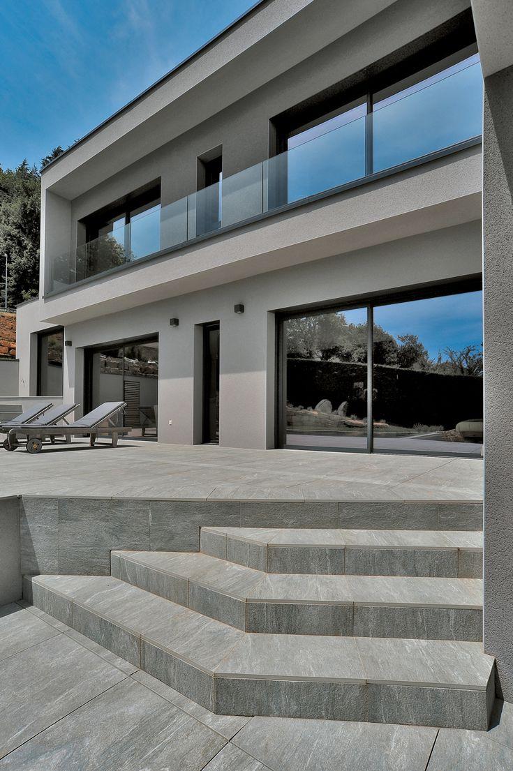 Archiclub : Villa Privée Saint Didier au mont d'or avec le carrelage Cast de Novoceram - #piscine #terrasse #carrelage #escalier #gris #vals #extérieur #outdoor http://www.novoceram.fr/blog/realisations/villa-privee-saint-didier-au-mont-dor