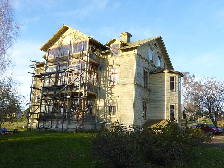 Det är ett timrat trevåningshus som stått sedan slutet av 1800-talet. Ett ständigt renoveringsobjekt.