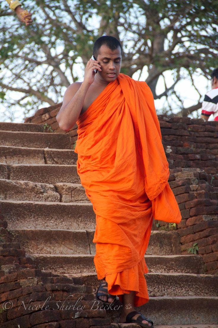 Hamuduruwo Sigiriya - Buddhistische Mönche. Auch sie sind nur Menschen und können nicht auf moderne verzichten. Unterwegs mit einer Gruppe Kinder und benötigten das Handy, um mit andere Mönche in Kontakt zu bleiben, wo sie sich am Löwenfelsen aufhalten.  ॐ