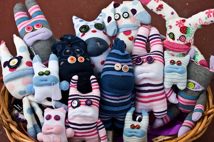 Q: what to do with the unmatched socks? A: sock monsters! =)Crafts Ideas, Crafts Fabrics, Homemade Toys, Socks Toys, Crafts Frenzy, At Walmart, Socks Monsters Tutorials, Socks Creatures, Crafty Ideas