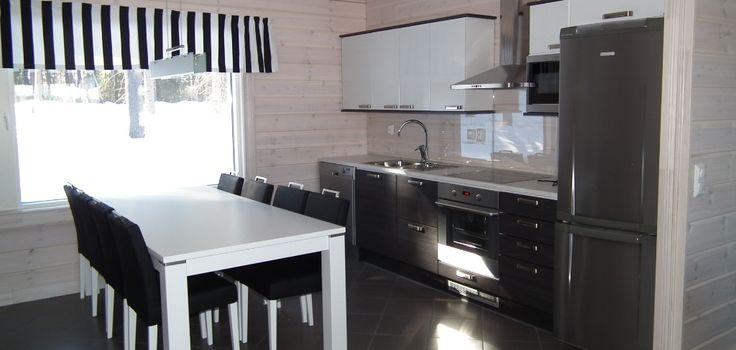 Huvila Lajunhelmen (Rantasalmi, Suomi) keittiö on maskuliininen ja mustavalkoinen.