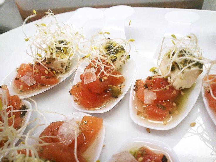 Receta de Cucharita de tomate concasse, queso feta marinado y aceite de albahaca