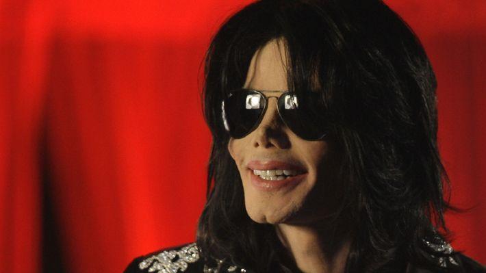 """Álbum con canciones inéditas de Michael Jackson será subastado  SANTIAGO.- Nueve canciones inéditas del fallecido """"rey del pop"""", Michael Jackson, serán ofertadas en una subasta a cargo de la organización Gotta Have Rock and Roll. El monto para la instancia comenzará en los 50 mil dólares."""