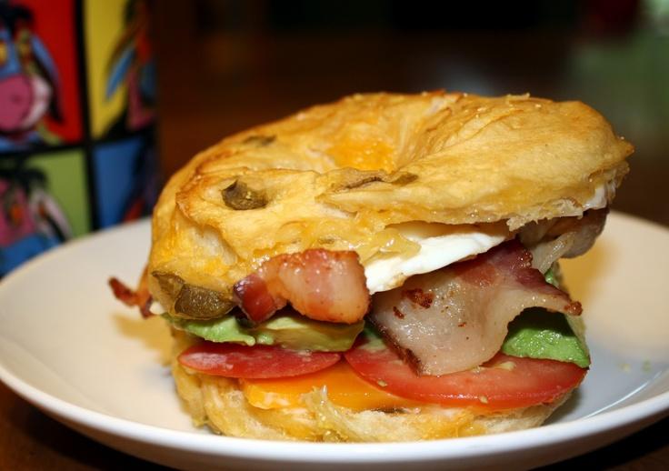 Desayuno Londinense: EggWich con Queso Paipa y Tocineta con, Sándwich de Mozzarella di Búfala y Jamón Serrano en Pan Árabe, Jugo Natural y Bebida Caliente.