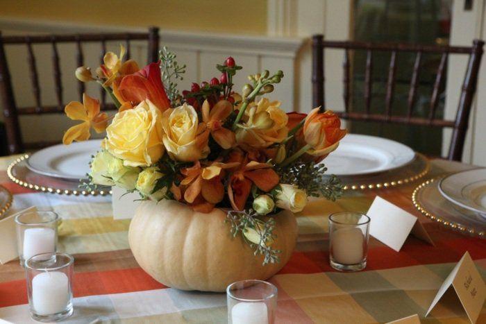 composition florale automnale avec vase-citrouille comme centre de table