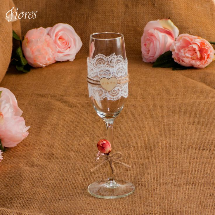 """Milujete čipku, páči sa Vám nežnosť kvetov a štýl prírodných dekorácií?  Romantický svadobný pohár doplnený dreveným srdiečkom s nápisom""""Mr a Mrs"""" (""""Pán a Pani"""")."""