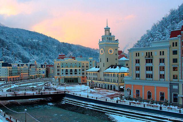 Sochi, Russia - Sochi es una ciudad de Rusia ubicada en el krai de Krasnodar, cerca del límite con Abjasia. Se sitúa entre las montañas nevadas del Cáucaso y el mar Negro.
