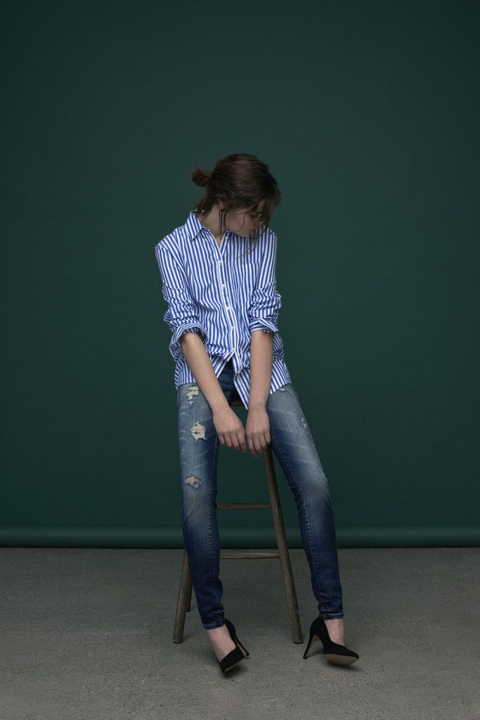 Blue and with striped super crisp shirt. Medi blue ripped jeans in loose fit.