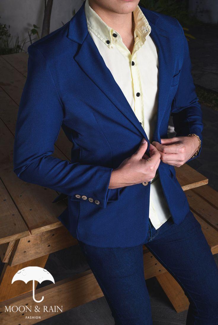 Outfit para hombre; Camisa slim fit amarilla, blazer azul rey y pantalón de mezclilla   Hecho en México por Moon & Rain y Tiendas Platino High Fashion Men, Mens Fashion, Suit Jacket, Outfits, Blazer, Jackets, Garden Water Fountains, Denim Jeans, Yellow Girl Nurseries