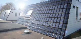 Zonnepaneel in dakpan. Geweldige vinding voor mensen die zonnepanelen eigenlijk helemaal niet zo mooi vinden. Deze kleine paneeltjes komt in juli 2014 op de markt. http://houhetwarm.nl/laatste-nieuws-zonnepaneel-dakpan/#more-3286