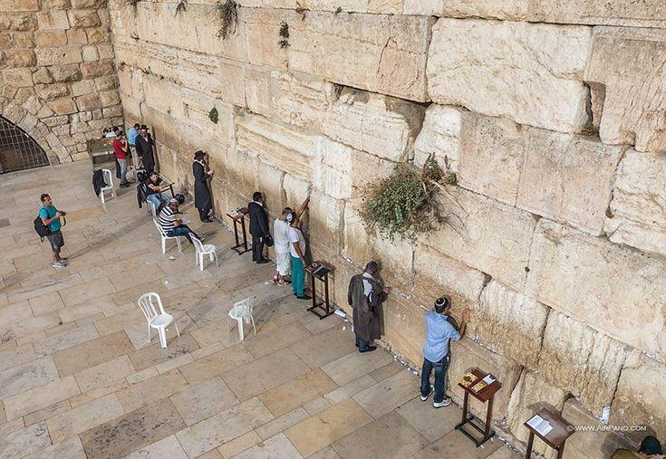 Zidul Plângerii din Ierusalim nu vă va impresiona cu exquisiteness sale arhitecturale, dar este una dintre cele mai importante obiecte din iudaism , unul dintre cele mai vechi monumente din istoria umană și simbolul credinței și de speranță pentru milioane de oameni.