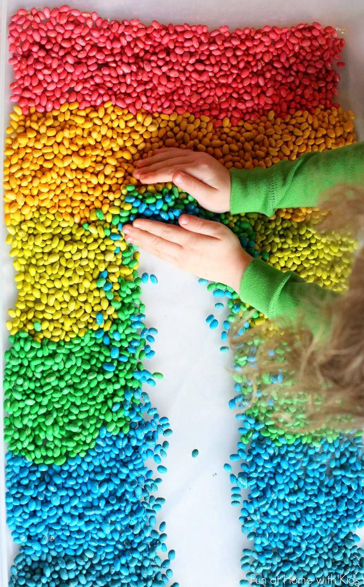 11 activités les plus drôles que vous pouvez faire avec vos enfants !  haricots multicolores   mettez de l'eau et du vinaigre dans des bols, ainsi qu'un colorant différent par bol, introduisez ensuite les haricots à l'intérieur. Attendez qu'ils s'imprègnent bien de la couleur puis laissez-les sécher. A noter que vous pouvez ensuite les utilisez pendant plusieurs mois.