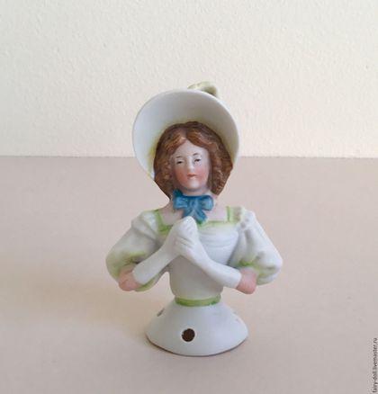 Антикварная редкая кукла половинка / Half doll в интернет-магазине на Ярмарке Мастеров. Антикварная, редкая кукла половинка / Half doll Очень редкая, необыкновенно красивая и утончённая куколка из бисквитного фарфора. При небольшом размере у куколки очень красиво отлито и раскрашено личико. Волосы выглядят, как будто каждый волосок отдельно друг от друга. Её шляпка украшена пером, на руках длинные, белые перчатки, пышные рукава платья выглядят очень воздушно.