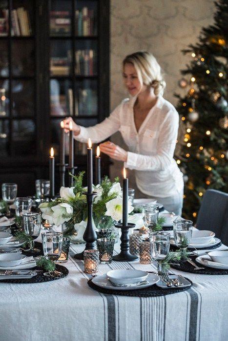 Dekk et frodig og elegant nyttårsbord i sort og hvitt med duk og servietter i lin, håndlaget fransk keramikk. Skinnende sølv og vakkert tinn skaper den rette nyttårsstemningen. PÅ BILDET: Malin blu…