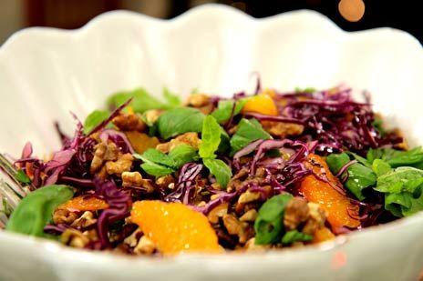 Rödkålsallad med apelsin och rostade valnötter | Recept.nu