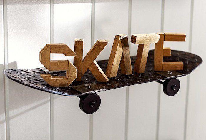 étagère en fer forgé originale design en forme de skate