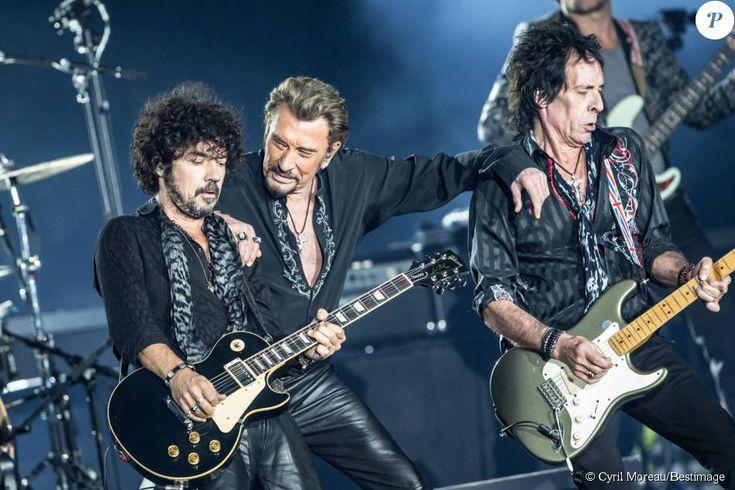 """Photo Exclusive - Johnny Hallyday avec ses guitaristes en concert à Lille dans le cadre de son """"Rester Vivant Tour"""", les 9 et 10 octobre 2015."""