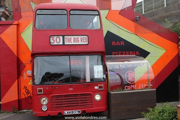 Restaurant insolite à Londres: The Big Red. Un bus à impériale transformé en restaurant italien dans le sud de Londres. Non seulement la cadre est génial, la nourriture est excellente et c'est un restaurant pas cher à Londres.