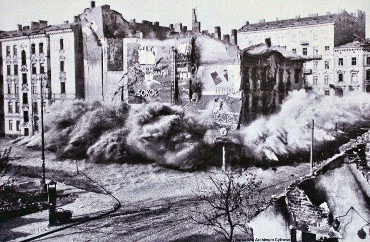 Moment wysadzenia w powietrze przez niemieckich saperów wypalonych murów kamienic nr. 105 i 107 między wylotami ulic Chmielnej i Widok. Październik 1939.