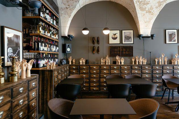 Amenajat într-un spirit cu tentă medievală, restaurantul clujean Cabinet de Vin & Cocotte devine cadrul alchimic al unei experienţe ce implică un meniu internaţional, vinuri din toată lumea şi un design ce surprinde prin accente şi rezolvări de delimitare a spaţiului.