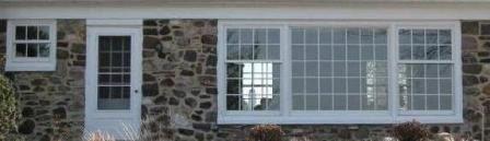 Esta sería la vista desde afuera por la parte de detras. El ventanal del Salón, la puerta trasera, junto a una ventana al lado.