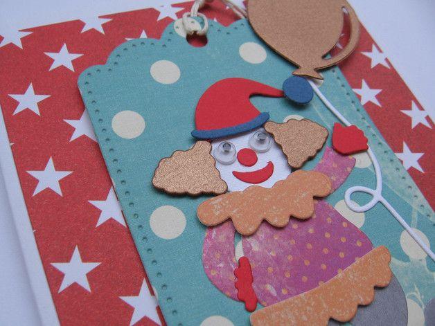 Ręcznie wykonana, zabawna kartka z wesołym clownem. Może być wykorzystana na wiele okazji w tym urodziny, imieniny itp.  Wykonana z dużą dbałością o detale i z wysokiej jakości materiałów....
