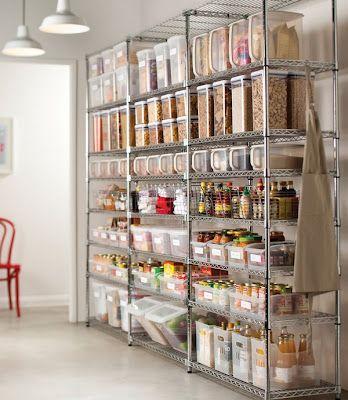 Epicerie sur une étagère ouverte : bocaux, boites transparentes, bouteilles dans des paniers