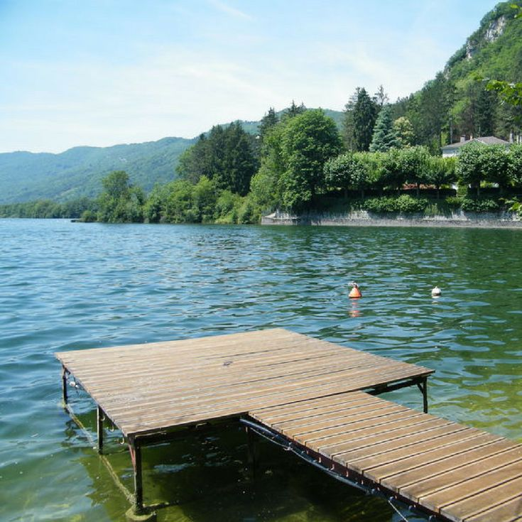 Camping du Lac de Coiselet, Jura, Frankrijk | Kleine, rustige familiale camping aan de oever van het meer van Coiselet. Vanaf de camping kun je prachtige wandelingen maken over de heuvels aan beide kanten van het meer. Op de camping zelf is weinig te beleven, maar in de omgeving des te meer. Ideaal voor rustzoekers!
