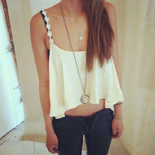 Fashion Lovers: Papatya askılı salaş beyaz tişört ve siyah keten bağcıklı düğmesi olan pantolon modeli