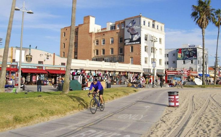 Венайс Бич — прибрежная улица Лос-Анджелеса. С одной стороны Вас ждут магазины, сувенирные лавки, уютные бары и рестораны, а с другой – чистая голубая водичка и белый песок.