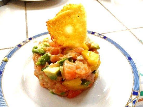 Tartare saumon avocat mangue et  tuile au parmesan : la recette facile