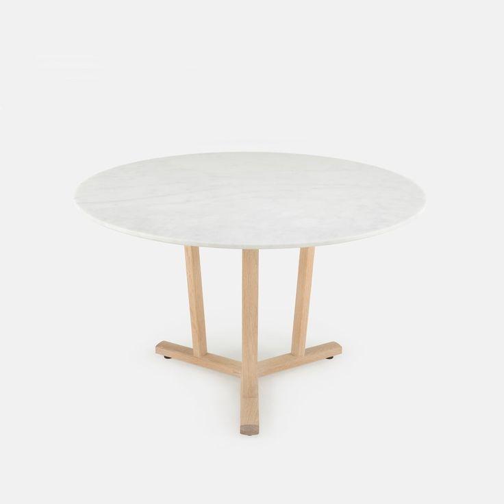 """Round shaker dining table van Neri & Hu. Even apart onderstel van licht hout en een marmer blad. Functioneel gecombineerd met luxe, dat vind ik erg mooi om te zien. Dia 47.25"""" x H 29.75"""" Prijs: 3430,-"""