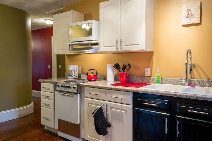 Apartment in Lincoln, United States. My place is located in a quaint New England town 15 minutes outside of Providence. We are within an hour of Boston. We have a cute, clean space that is walking distance to coffee shops, stores, restaurants and just a 5 minute ride to Twin River Ca...
