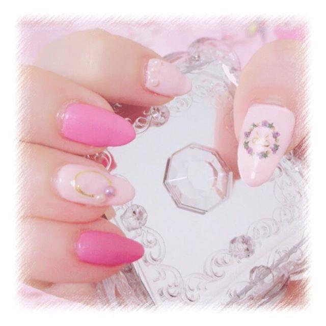 ♡ ・ ・ 雑すぎる前回のネイル💅🏻 カラージェルとパーツ買いに行きたい💭💭 ・ ・ #nail  #ジェルネイル #春ネイル #押し花ネイル #ワイヤーネイル #ネイルシール #セルフネイル #ピンクネイル #シンプルネイル #パール #リボン #pink