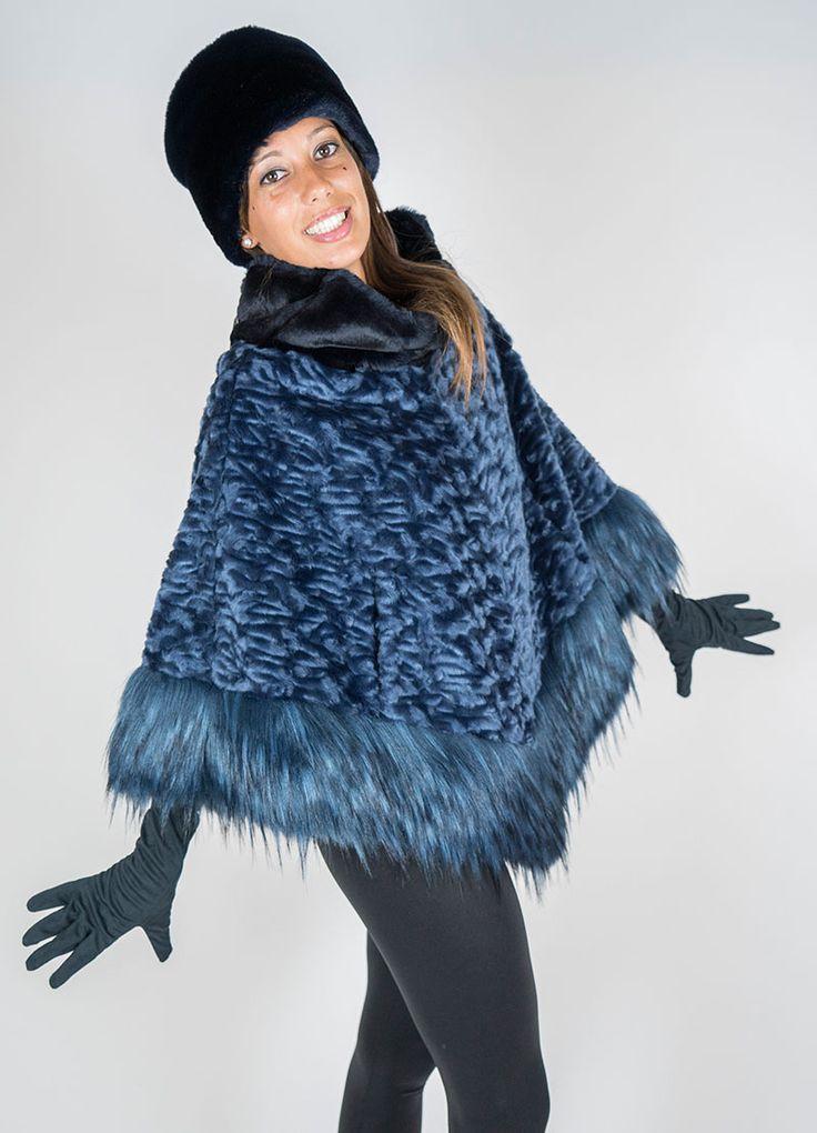 Poncho ecopelliccia Nenette 'Astrakan' blu con bordo 'volpe' blu e collo a ciambella 'castorino'.