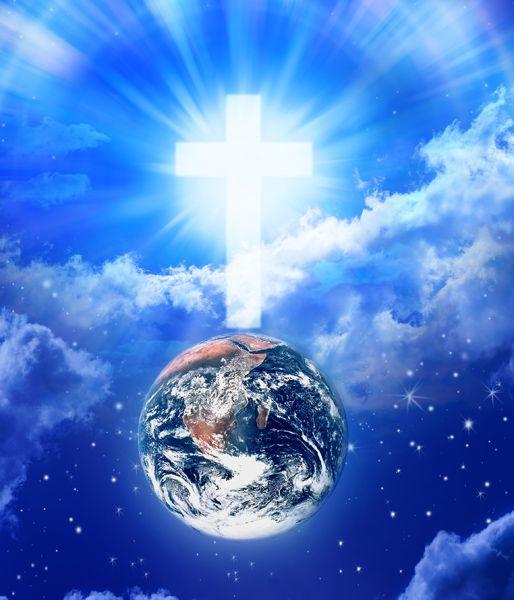 Esta hermosa gráfica del globo terráqueo en el espacio entre nubes, con el universo como trasfondo, y una cruz en los cielos encima del planeta, ilustra el estudio intitulado Cristiano: nombre bíblico, ideal, único, en editoriallapaz.org.