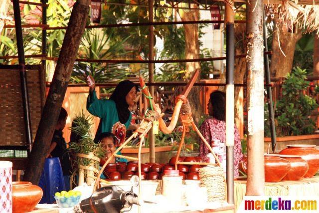 "Salah satu stand di Festival Malang Kembali 2012, dengan tema ""Pasar Rakjat Malang 1940."""