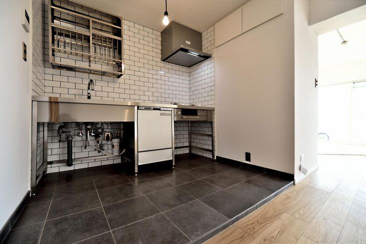 シンプル&インダストリアル。変則1LDKで始まる家族のリノベ暮らしの部屋 シンプルで機能美にあふれたステンレスキッチン
