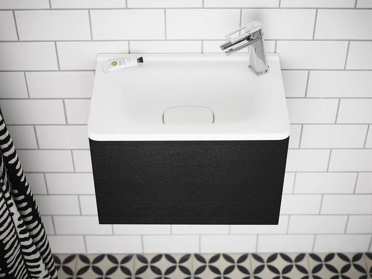 badrum,svart och vitt,badrumsmöbel,litet badrum,svart badrum