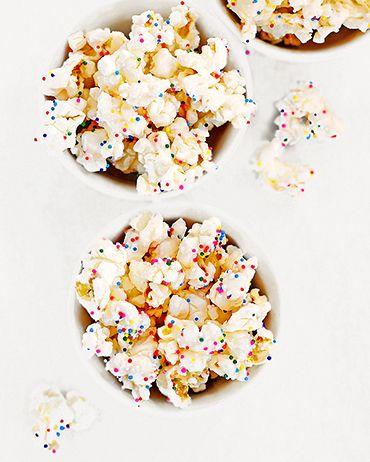 Avondje lekker bankhangen met een film? Deze popcorn verandert je filmavond meteen in een feestje. Hierbij het recept voor overheerlijke partypopcorn! Dit heb je nodig? (8 porties) *200 g gesmolten witte chocolade *160 g lichtgezouten popcorn *gekleurde spikkels Zo maak…