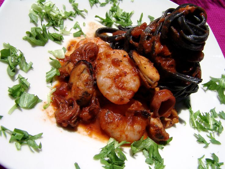 A fantastic summer dish with linguini, and frozen shrimps, clams and squid. I used the black linguini that contains cuttlefish ink and they are simply extraordinary. They come in 250gr packets, and I am ashamed to say, it is just about enough for two