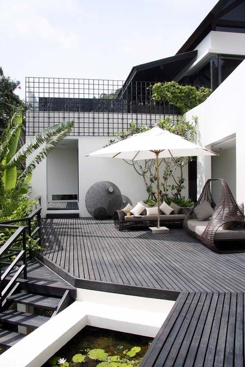 Grijs/zwart (composiet/kunsstof) houten vlonder met witte accenten, dan blijft t een frisse uitstraling hebben ---- outdoor area | contemporary outdoor furniture + black wood plank floors