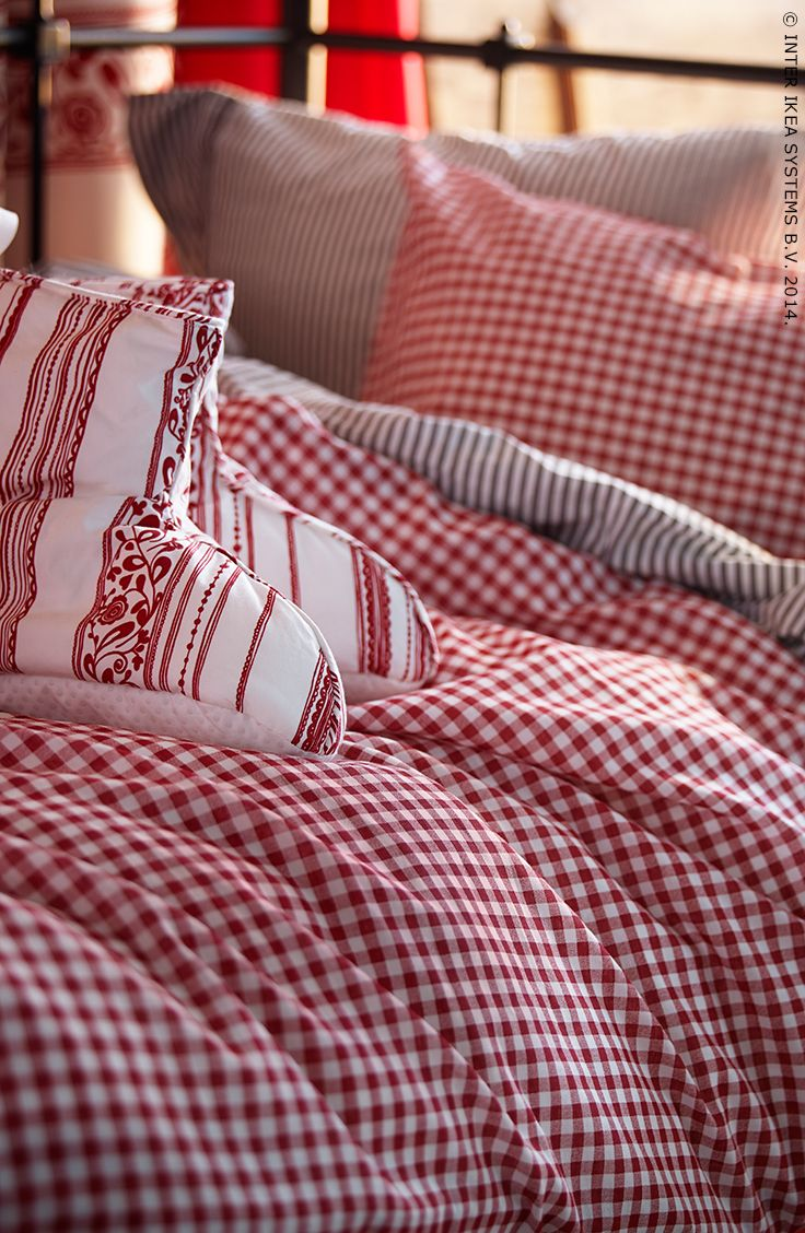 Des tissus de Noël dans la chambre à coucher pour une ambiance magique.
