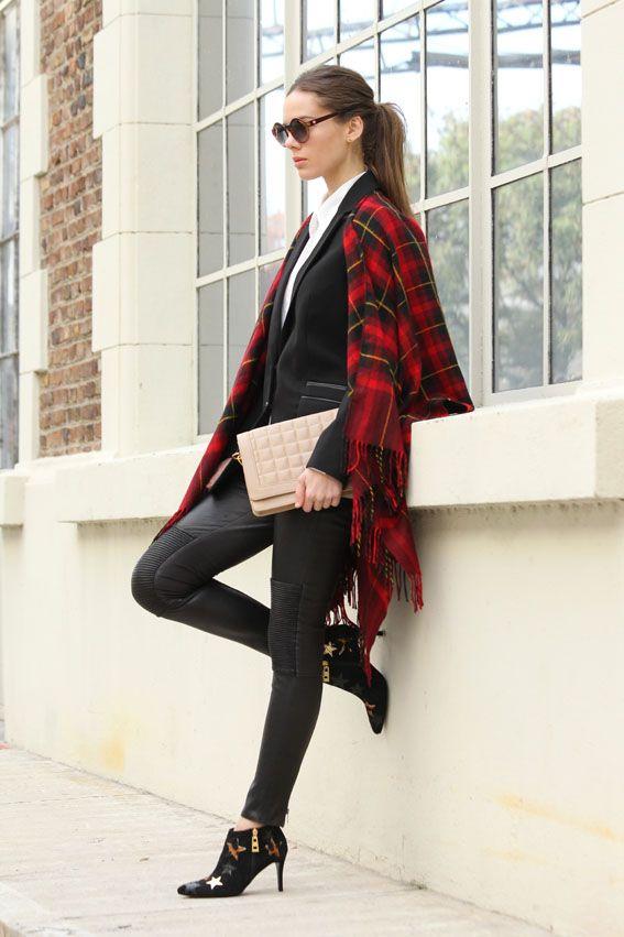 CLÁSICO. Poncho escocés (47 Street), blazer (Jazmín Chebar), pantalón de cuero elastizado (Doma), camisa lisa (Tucci), botinetas con estrellas (Sarkany), cartera matelasseada (Via Uno) y anteojos redondos (Infinit) Tip: usalo con jeans y camisa de denim Fuente: lanacion.com.ar