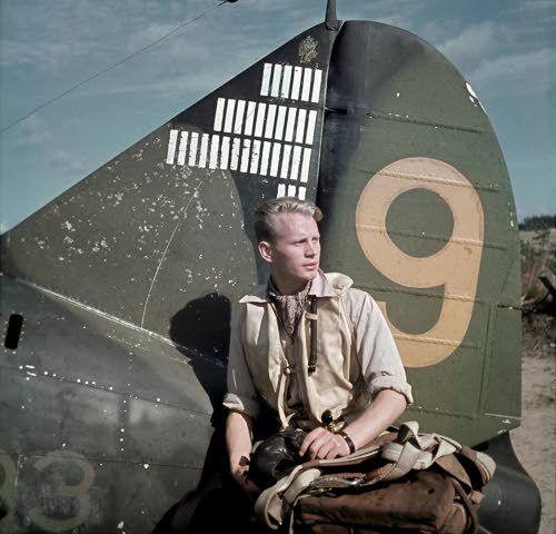 Luutnantti Hans Wind, Mannerheimristin ritari, kuuluisa hävittäjälentäjämme, joka on ampunut alas 33 1/2 viholliskonetta. Suulajärvi 1943.08.26 (SA-kuva-arkisto)