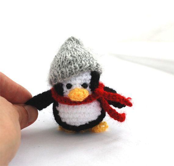 Este pequeño pingüino fue hecho después de mi diseño original, esta es la única ternura hecha a mano, que quisiera amor... pero, da alimentos mucho, con su sombrero gris, ¿es?  Este pequeño pingüino ganchillo fue hecha del hilado de acrílico, relleno con relleno de polyfill. Sus ojos son beades. Mide unos 6,5 cm (2,5 pulgadas) de alto y 5,5 cm (2,5 pulgadas) ancho (estos tamaños son para muñecas sin accesorios).  Este pingüino de peluche fue hecha con gran cuidado y amor, en una casa de humo…