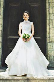 ハイネックのレーストップスがボディラインをコンパクトにみせてくれてる大人上品なウエディングドレス。ホテルなどの大きな会場やロイヤルウエディングにオススメ。http://dress.novarese.jp/weddingdress/epnv29.html