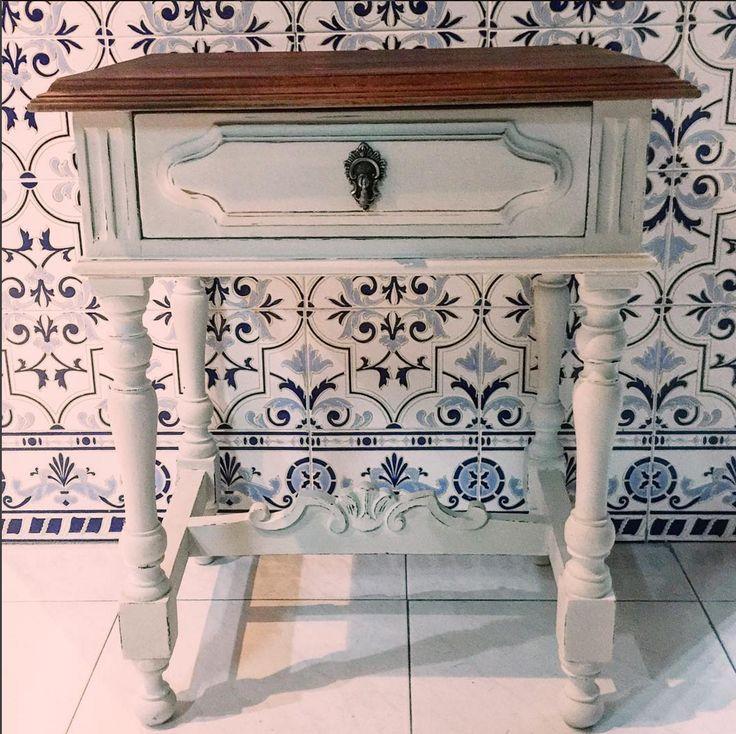 Esta mesa de cabeceira (criado-mudo) estava abandonada, suja e danificada. Ela foi restaurada, lixada, pintada e encerada e voltou a ganhar vida.
